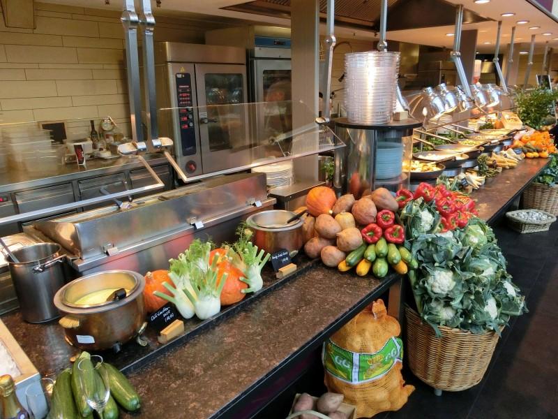 Smarte og praktiske serveringsbakker gør, at betjeningen glider nemmere